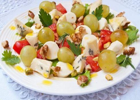 Рецепт салата с сыром, виноградом и орехами / Меню недели