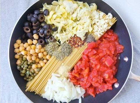 olives noires spaghetti tomates ail pois chiche câpres flocon chili oignon artichaud one pot pasta pâte