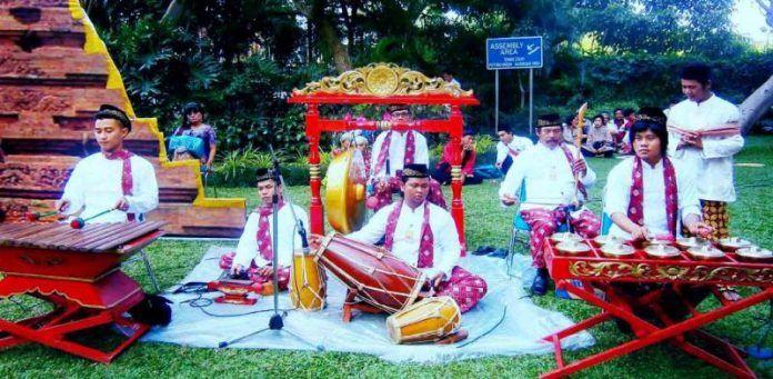 Gambang Kromong merupakan musik tradisional masyarakat Betawi hasil perpaduan antara gamelan dan musik China. Perkembangan kesenian ini sangat berkaitan dengan masyarakat China peranakan di Jakarta.