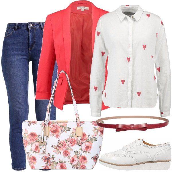 Outfit comodo per tutti i giorni formato da un paio di jeans blu a sigaretta, una camicia di cotone bianco con cuori rossi stampati e un blazer rosso con collo a scialle e tasche con patta. La borsa è a mano in fintapelle bianca con stampa floreale colorata mentre le scarpe sono un paio di stringate di pelle bianca. Il look si completa con una cintura rossa con fiocco.