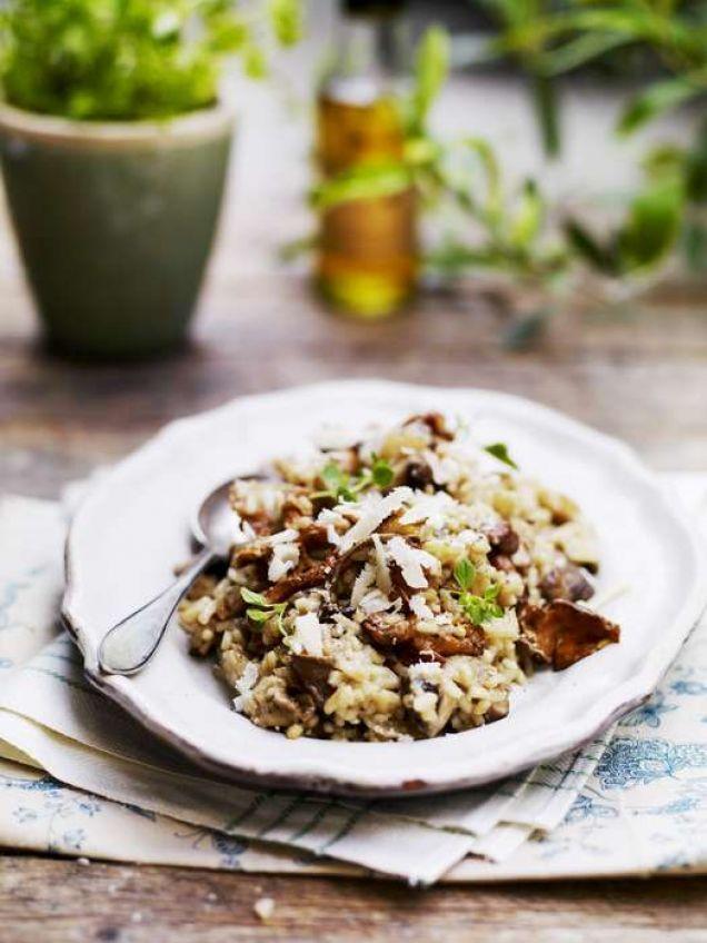 En god risotto kan du göra med sparris, svamp, kyckling, lax, räkor, skaldjur – ja, allt du känner för! Här är ett recept på en enkel risotto med svamp.