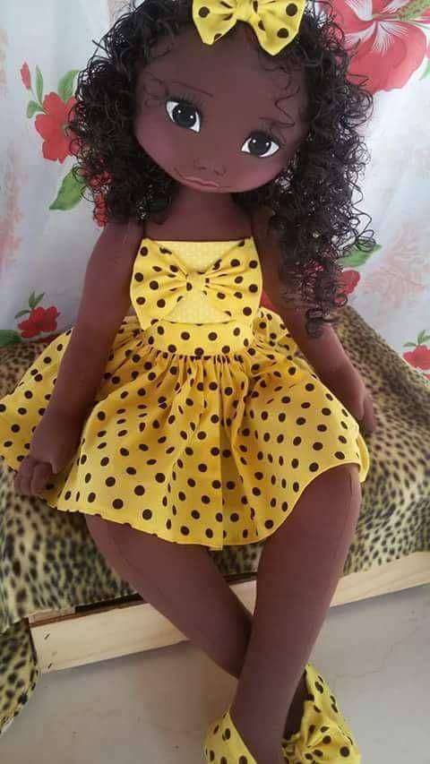Linda boneca morena