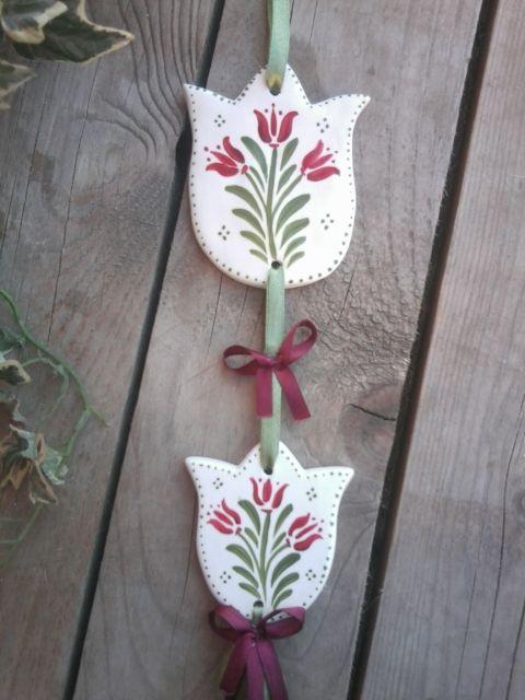 Bordó tulipános kerámia ajtó vagy ablak dísz 2, Otthon, lakberendezés, Dekoráció, Magyar motívumokkal, Baba-mama-gyerek, A tulipán a Teremtő a Szent hármasság jelképe.A nőiességre,érzékiségre a szerelemre is uta..., Meska