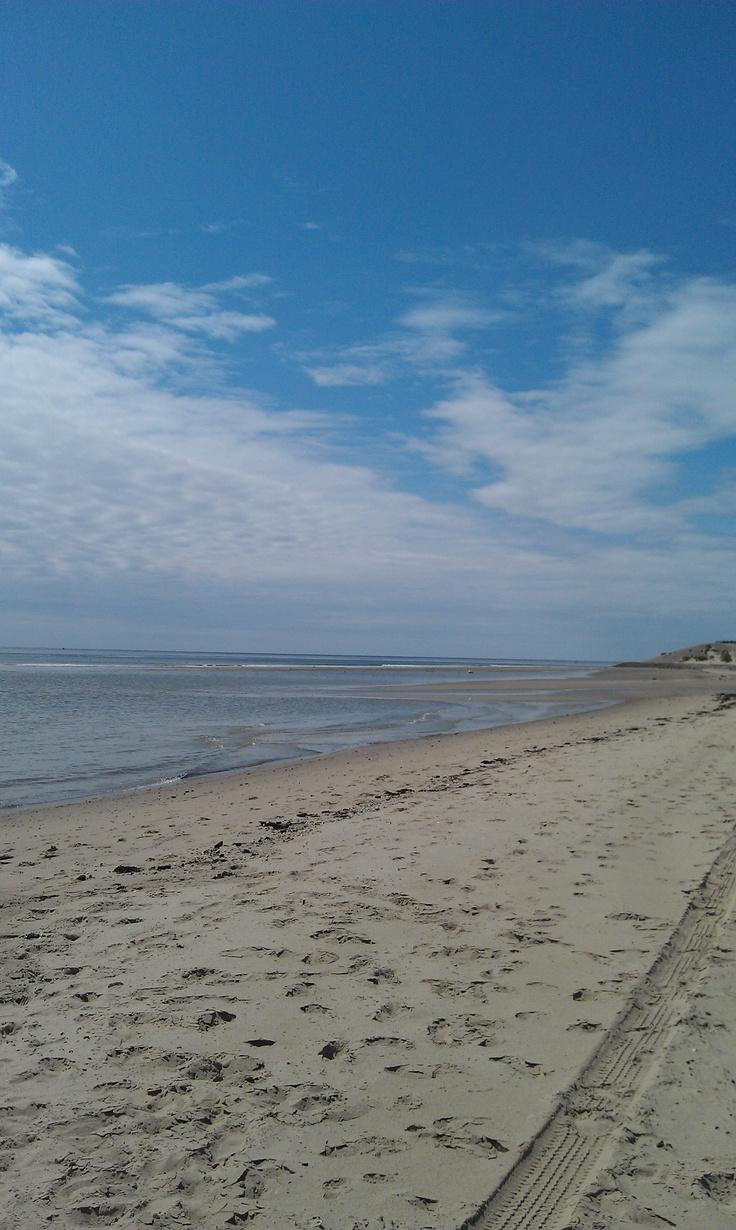 Een typisch Nederlands strand plaatje. Strand van Westenschouwen (Zeeland) bij eb, aan de voet van de Stormvloedkering. Kijk richting is West.
