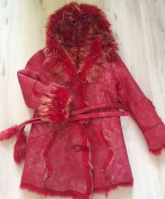 """Pravý  dubeňák z toskánské ovce šitý na zakázku. Tyto kožešiny jsou lehké s  dlouhým chlupem. Je v krásné červené barvě s metalickým efektem, asi jen  jednou nošený, tedy vlastně """"nový&quo..."""