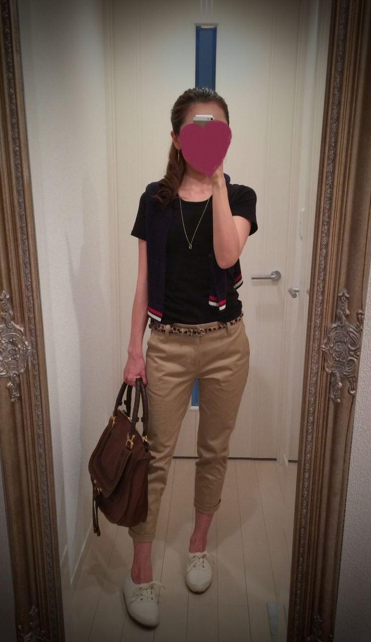 Black T shirt + black sweater + beige pants + white sneakers + brown bag - http://ameblo.jp/nyprtkifml