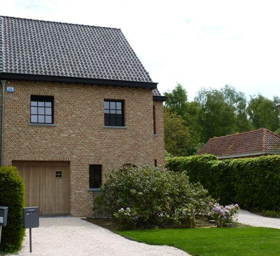Nieuwe verbeterde oude klampsteen derdeling k120 met zwarte ramen oude en verouderde - Exterieur kleur eigentijds huis ...