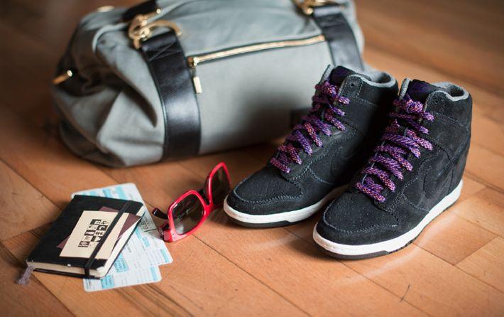 Scarpe comode e belle come le sneakers non ce ne sono, però molto spesso noi signorine rinunciamo al rasoterra per godere dei benefici che una bella zeppa può regalare alla nostra linea. Ma da Nike arriva la novità che ci fa prendere i due proverbiali piccioni con una fava: sono le Nike Dunk Sky Hi.