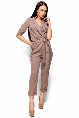 Стильний комбінезон бежевого кольору зі злегка еластичної костюмної тканини.  Декольте на запаху b1a0d8e894dd6