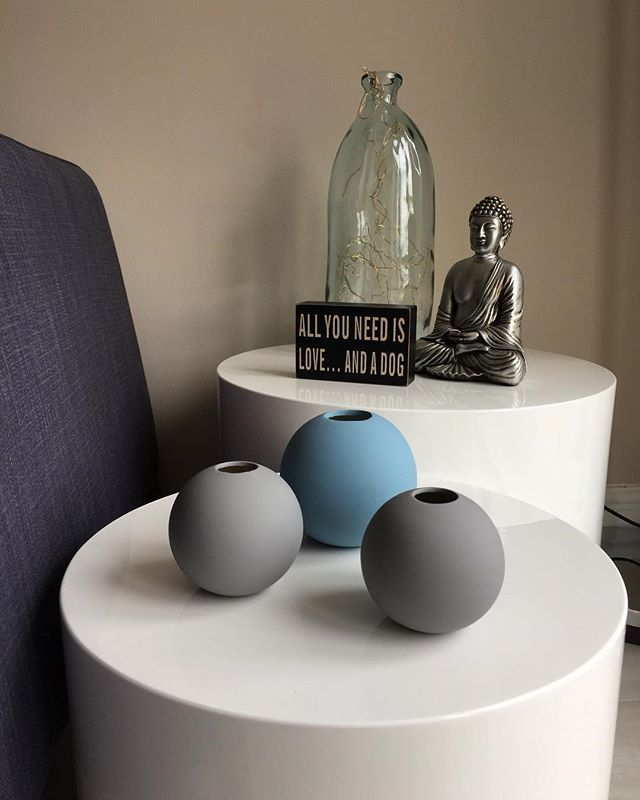 Deb's High White Gloss Pebble Side Tables creating a very zen livingroom