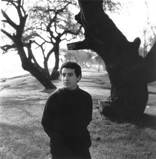 Víctor Jara caminando por Pedro Valdivia Norte. Fotografía de Luis Poirot. En una entrevista Poirot dijo que con los años vio en esta foto a Víctor Jara mutilado, tal como se ven los árboles del parque.