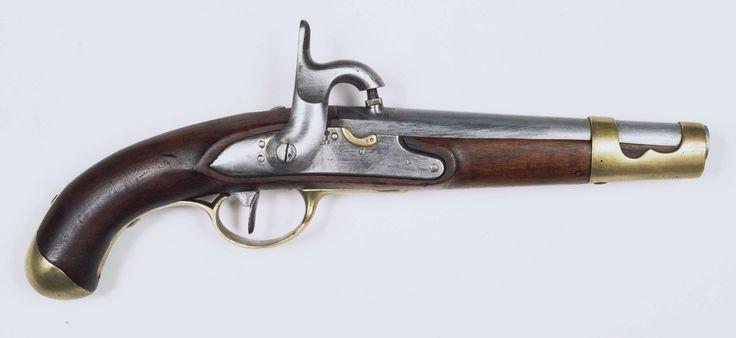 Anonymous | Percussie legerpistool model M 1815, Anonymous, c. 1815 | Percussie legerpistool model M 1815. Loop: gladde, ronde loop, welke bij de kamer in een vijfkantig gedeelte overgaat. Aan de bovenkant van de kamer is een percussie schouw ingetapt. Op het staartstuk van de loop: M.1815. Slot: oorspronkelijk vuursteen batterijslot. De messing kruitpan is afgezaagd. Het slot is gemerkt: 15, S en ekroon boven elkaar. Hout: notenhout. Beslag: messing: Aan de voorkant van de lade is een…