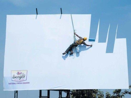 Wycinając fragmenty tradycyjnego billboardu w tej reklamie osiągnięto efekt malowania jego powierzchni na kolor nieba. To pomysłowa kampania firmy Berger, produkującej farby.