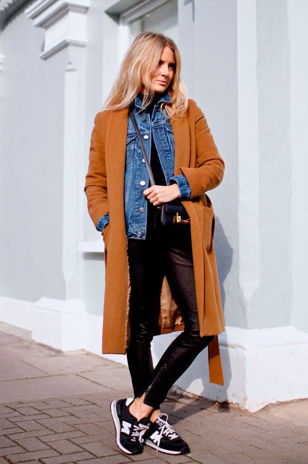 Street style look sobretudo caramelo, jaqueta jeans, calca preta couro e tênis preto New Balance.