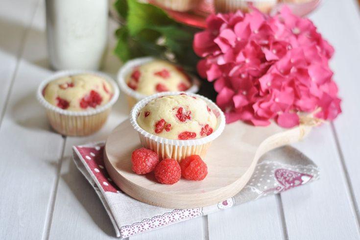 I muffin al profumo di vaniglia con lamponi sono dei dolcetti soffici, delicati ma davvero irresistibili. Ecco la ricetta
