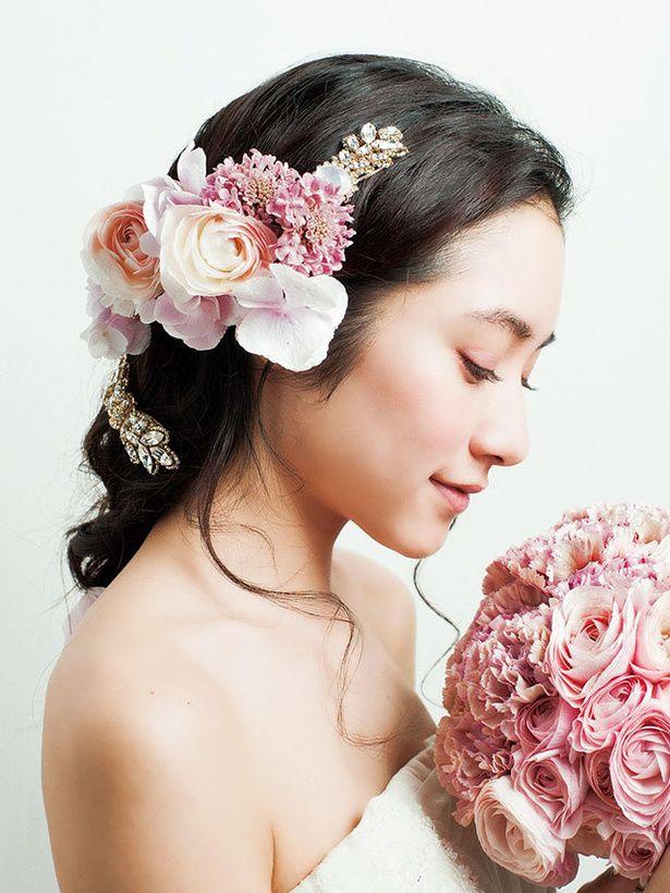 ダウン,ダウン のヘアメイクカタログ|ザ・ウエディング ピンクの花とゴールドアクセが女性らしいエレガントさを引き立てて/Side