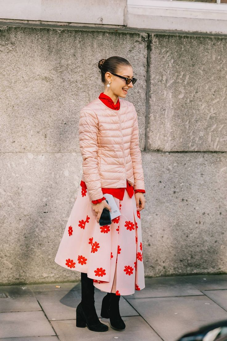 Street Style #LFW / Día 2, pop of red outfit, blush pink puffer jacket, pink skirt with red flowers print, red shirt and pink jacket combo,