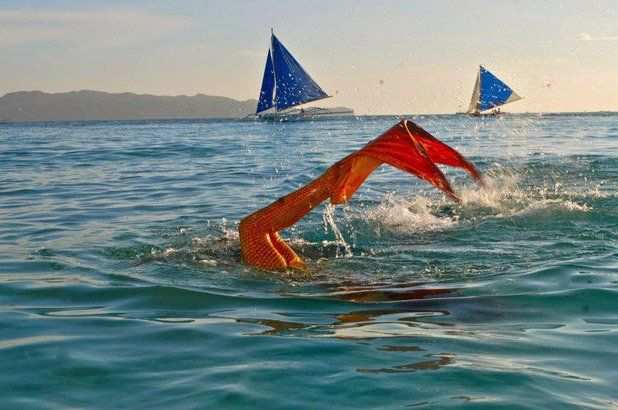 Um tipo diferente de escola de natação vem chamando a atenção nas Filipinas. Na Philippine Mermaid Swimming Academy (escola de sereias), crianças e adultos aprendem a nadar com 'monocaudas' e a fazer manobras aquáticas.