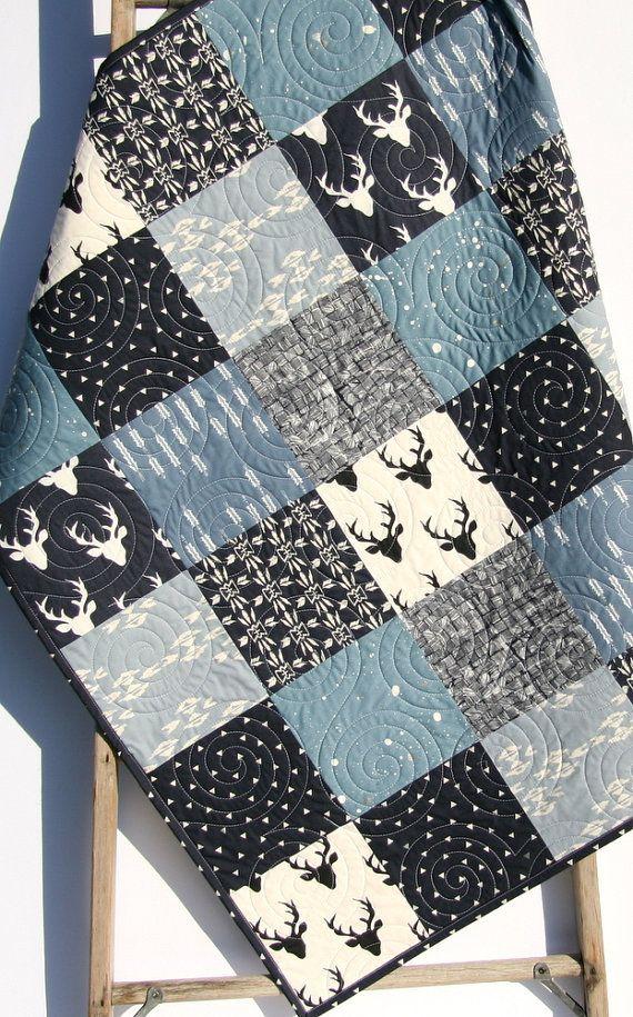 Les couleurs sont belle et moderne Ivoire, bleu clair, blanc et bleu marine. Vous pouvez choisir la taille bébé (34 x 41») ou un bambin (34 «x 54»). Ce serait faire une couverture parfaite pour le petit dans votre vie! L'aspect rustique moderne est à droite sur la tendance et un look intemporel!  Une courtepointe est trois couches cousues ensemble, la couche du milieu étant un naturel ouate. Matelassé professionnellement sur un bras long quilting machine ; les points sont même, serré et…
