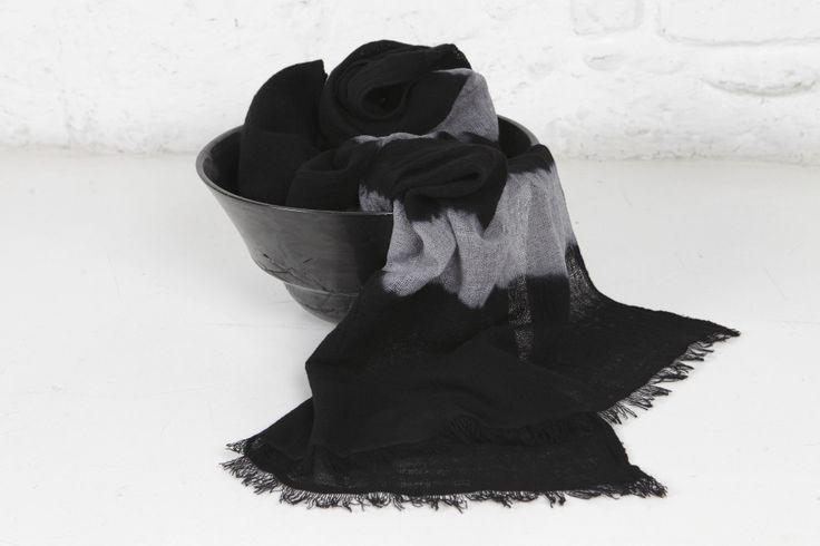 Scialle Lara tessuto a mano in garza di lana (100%) con tintura tie dye piazzato, colori nero rosso nero grigio