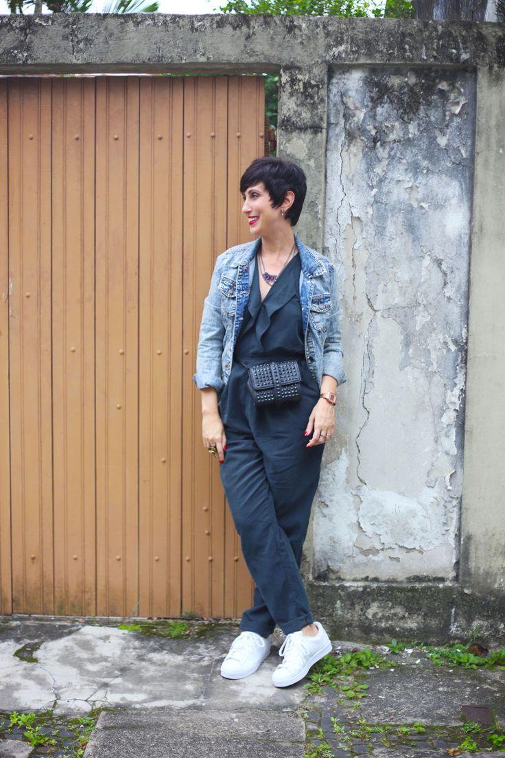 Macacão preto + Jaqueta jeans + Pochete + Adidas Superstar