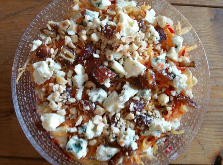 Een heerlijke en voedzame wortelsalade, met dadels en blauwe kaas en een dressing met rode peper en honing. Lekker met in de oven geroosterde aardappeltjes of luchtige aardappelpuree. Het recept ko…