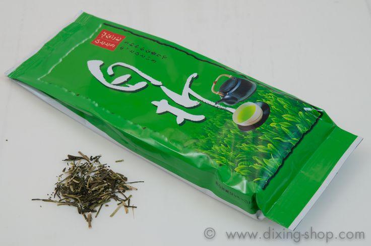 Kukicha 茎茶 Grüner Tee aus Hoshino (jap. 星野), Kyushu, Japan  Kukicha Shiraore (jap.白折) kommt aus dem traditionellen Teeanbaugebiet Hoshino (jap.星野), Kyushu, der südwestlichen Insel von Japan. Kukicha (jap.茎茶 - kuki = Stiel) ist ein zarter, frischer japanischer Grüner Tee, der hauptsächlich aus den Stielen und Blattrippen der Teepflanze besteht. Kukicha enthält weniger Koffein und Teein als andere grüne Tees, ist besonders magenfreundlich und kann auch am Abend getrunken werden. Er hat eine…