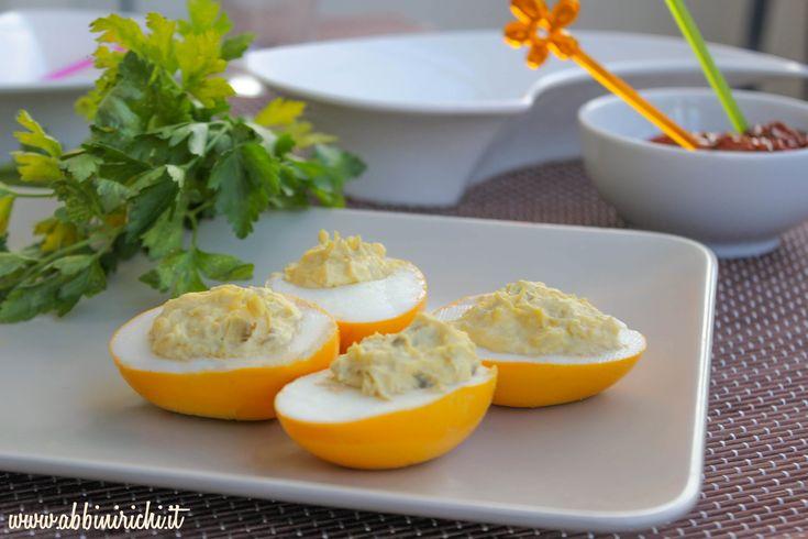 Uova sode colorate con la curcuma, antipasto di Pasqua. Easter eggs