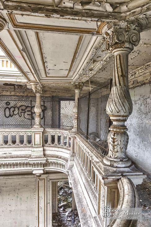 Colonnes du deuxième étage en TTHDR du château de Bonnelles                                                                                                                                                                                 Plus