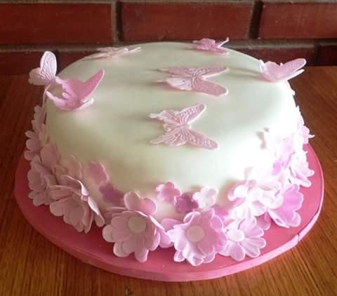 #Flowers and #Butterfly #fondant #cake by Volován Productos  #instacake #puq #Chile #VolovanProductos #Cakes #Cakestagram #SweetCake