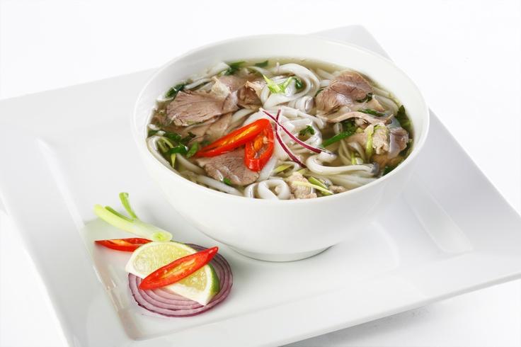 Суп Фо с говядиной, телятиной и рисовой лапшой.