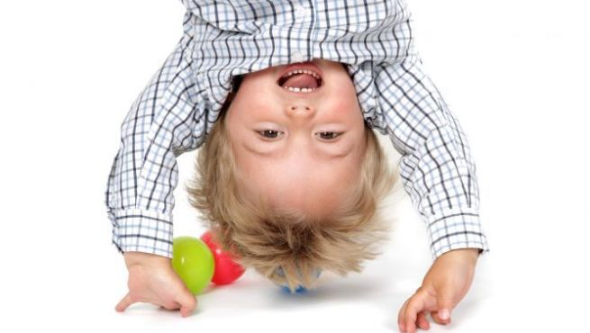 Cuando los niños no tienen una dieta con un equilibrio adecuado de Omegas, se pueden llegar a manifestar problemas de salud. Los más habituales en niños son: -Dermatitis atópica. -Alergias respiratorias y alimenticias. -Trastorno por déficit de atención. -Hiperactividad. -Bajo rendimiento escolar. -Dificultad para el control de impulsos en la conducta.