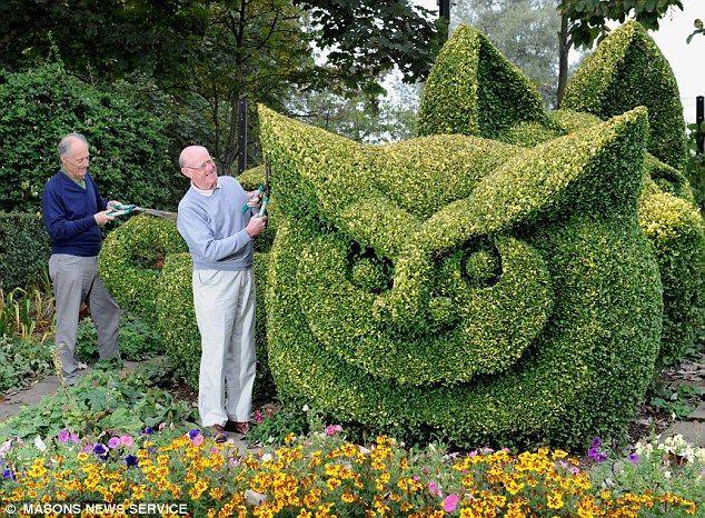 Owl hedge sculpture by George Blackburn and Peter Steele Pinned by www.myowlbarn.com