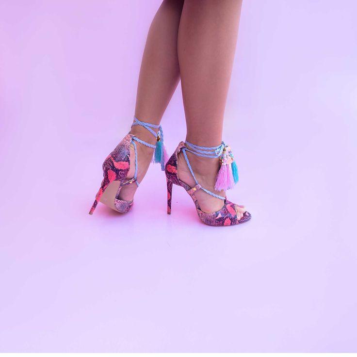 Sandalele de dama Mineli Tamara sunt realizate din piele naturală cu print de șarpe și accesorizate cu ciucuri colorați din mătase.