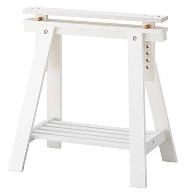 Ecco come costruire un banco da lavoro utilizzando compenenti Ikea concepito in modo da poter essere utilizzato tanto da un bambino quanto da un adulto.