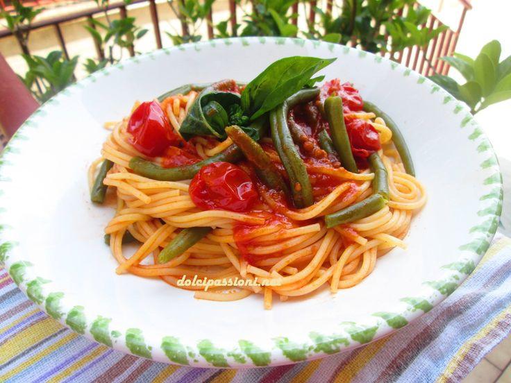 Gli spaghetti con i fagiolini alla pugliese è un primo piatto a base di verdure di stagione e pomodorini freschi da poter gustare nelle giornate estive. Con le prime giornate di sole e i primi caldi si ha subito voglia di preparare piatti poco elaborati e gustosi. Ci sono poi ortaggi particolari, come i fagiolini, che sono tipici tra la stagione primaverile ed estiva e si prestano per la loro versatilità a realizzare ricette davvero gustose. Gli spaghetti con i fagiolini hanno proprio il…