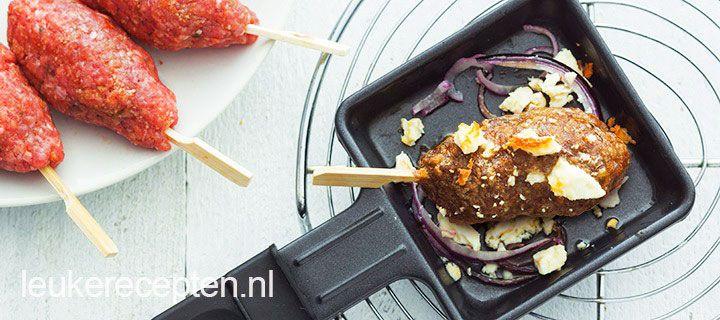 Kruidige gehaktspiesjes met rode ui en feta uit het gourmetpannetje