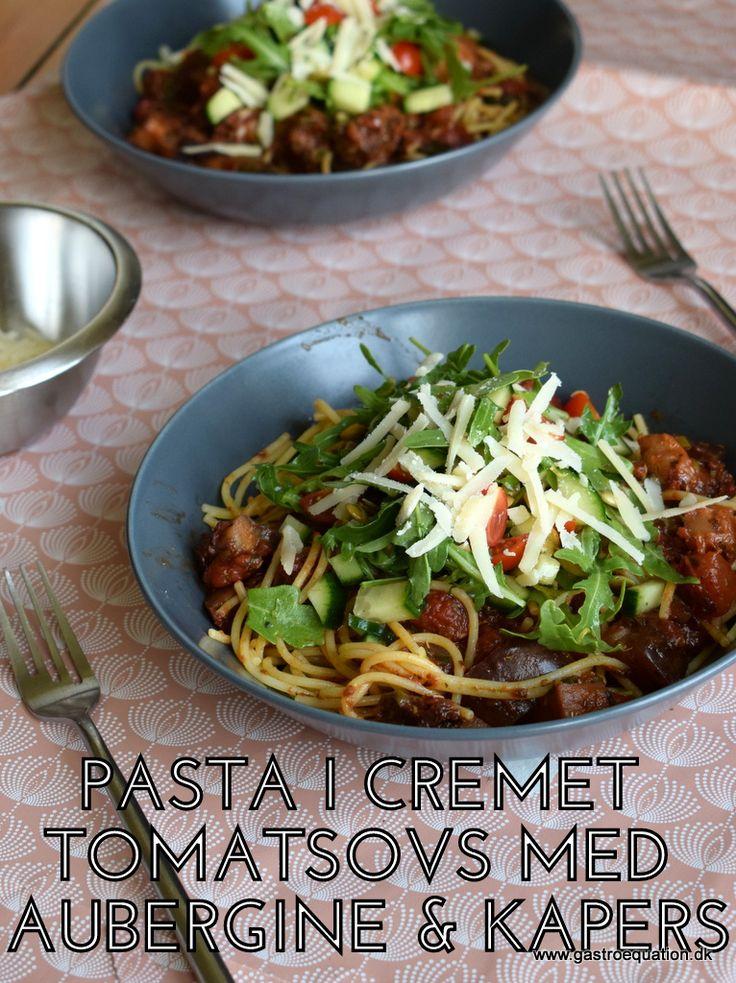 Low fodmap Pastaret med en lækker fyldig tomatsovs med aubergine, kapers og oliven. Godt alternativ til kødelskeren, da det giver utrolig smag og fylde i pastaretten. Den friske rucolatopping er både dekorativ og giver lige det sidste ekstra.