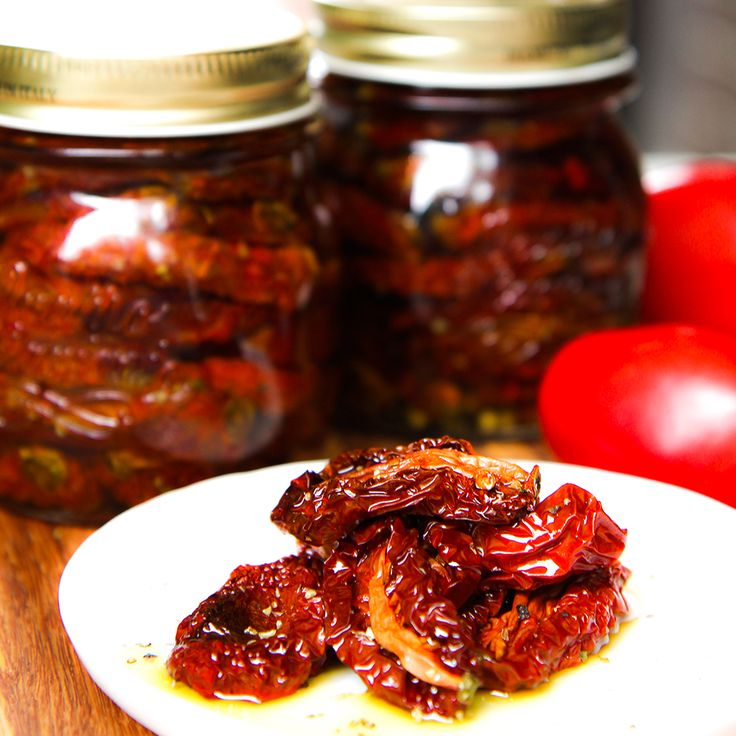 Prepare delicious homemade sun-dried tomatoes into your oven: This recipe is ready in a few hours instead of days! Try them on with cheese and cured meats.
