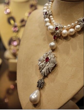 """Elizabeth Taylor's """"La Peregrina"""" is an early 16th century pearl, ruby and diamond necklace by Cartier, that was gift from Richard Burton, is estimated at $2,000,000 - $3,000,000"""