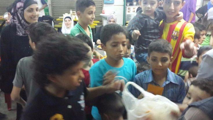 Dewan Dakwah bantu pengungsi Suriah di Malaysia  KUALA LUMPUR (Arrahmah.com) - Jumat (1/7/2016) sore 150-an pengungsi asal Suriah (Syria) menyemut di Surau Dagang Avenue Ampang Kuala Lumpur Malaysia. Mereka merupakan 30 keluarga dari sekitar 150 keluarga pengungsi yang ditampung di sekitar Kuala Lumpur.  Para pengungsi yang sudah bermukim di Malaysia sejak Mei itu terdiri berbagai usia kanak-kanak hingga orang tua.  Mereka tampak senang menerima bantuan berupa paket kebutuhan pokok dan…