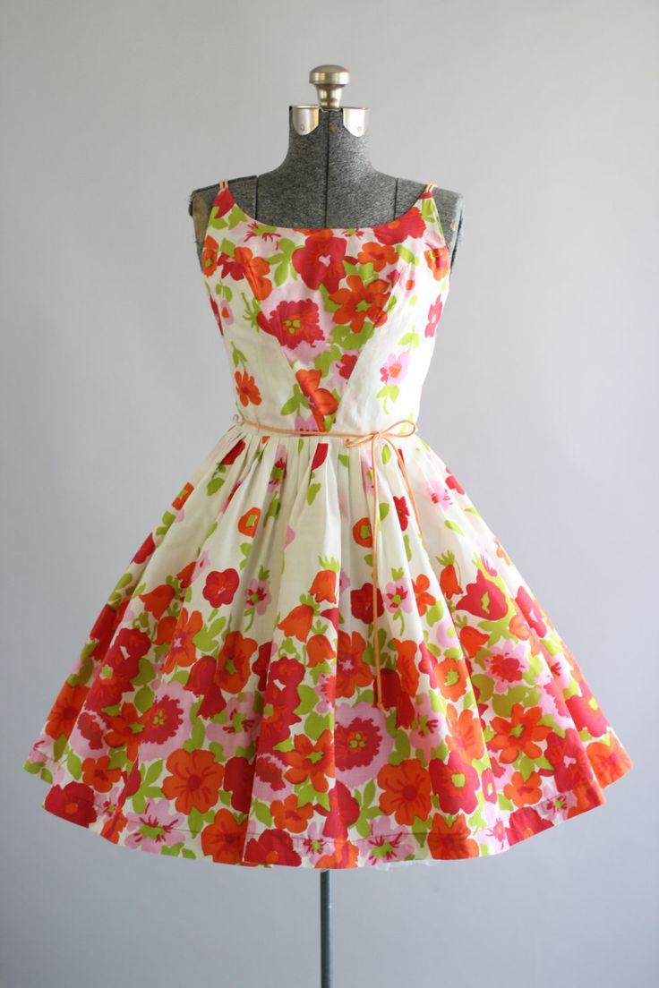 Deze jaren 1950 Meo van Californië katoenen jurk heeft een mooie bloemen grens print in de kleuren rood, roze, oranje en groen. Dubbele spaghetti bandjes die overeenkomen met de oorspronkelijke taille binden. Gesmoord taille + volledige geplooide rok. Metalen rits op de rug. Het lichtste beetje pure. Zeer goede vintage staat. Let op: ik zag een paar merken op de jurk, toen het Strijkservice. Er zijn ook sommige merken op de spaghetti bandjes en binnen bodice voering... Ik zou zeggen zij…