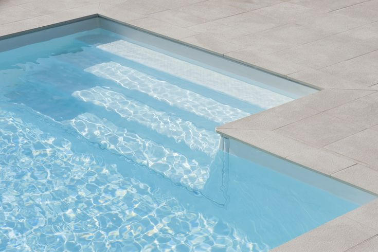 Piscine 10x5 avec un escalier rectangulaire re276 for Piscine fond beige