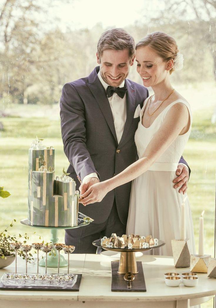 Brautpaar beim Anschneiden ihrer Design-Hochzeitstorte. Foto by Claudia Gerhardt