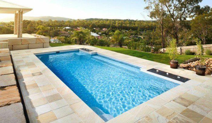 une élégante petite piscine enterrée à revêtement en polyester
