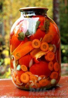 Думаю, кому-то пригодится рецепт очень вкусных маринованных помидорчиков ассорти. Помимо помидор, сюда входят и другие овощи: морковь, лук, перец сладкий, перец острый, чеснок, много зелени. Помидорки получаются очень вкусные и превосходно украсят ваш стол зимой.