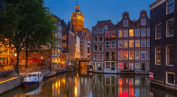 Amsterdam  Ville de tolérance et de toutes les libertés, Amsterdam est particulièrement appréciée par les européens du nord. Comme eux, vous allez adorer passer d'un canal à l'autre en vélo pour découvrir ses demeures patriciennes et leurs jolies cours fleuries, chiner chez ses antiquaires et dans ses boutiques arty, flâner dans ses nombreux marchés et visiter ses célèbres musées.