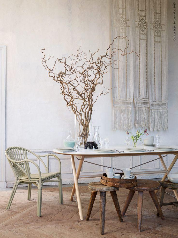Skir och lätt är känslan när vår hedersgäst våren bjuds att sitta ner i HOLMSEL rottingfåtölj. Bordet dukar vi med klarglas och DINERA glaserat stengods och dekorerar med vildvuxen trollhassel och spröda små liljor.