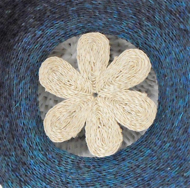 "BatukeARTIGOS DE MESA - <h3 style=""margin: 0px; padding: 0px; font-family: Arial; font-size: 14px; font-weight: normal; line-height: 18px;"">Individual sisal redondo 32cm Flower<br />Suazilândia<br />ART 131</h3>"