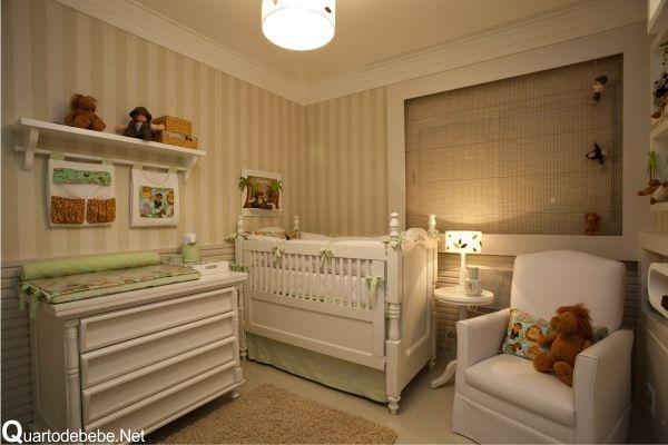 quarto de bebê safari moderno. uso de cores extremamente leves que, geralmente, são as preferidas para decorações de quarto de bebê. As paredes ganharam duas coberturas. A primeira delas é forrada por um lindíssimo papel de paredes com listras brancas e verdes. A parte inferior das paredes foi coberta por lambri.